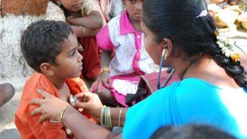 Una pediatra atiende a un niño en India