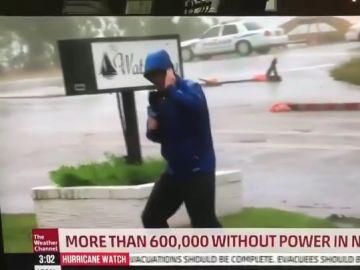 Reportero informa acerca del huracán de manera exagerada