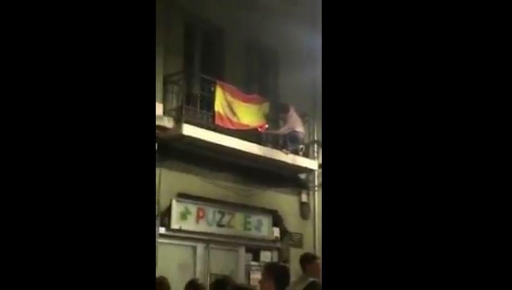 Un joven intenta quemar una bandera de España en Oviedo