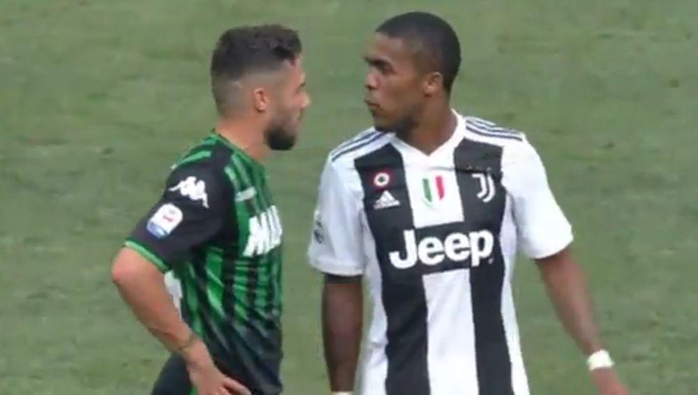Douglas Costa escupe a su rival