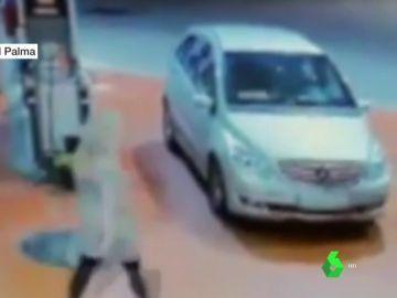 Una mujer se da a la fuga en una gasolinera