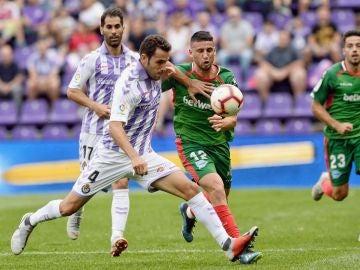 Sergio Gontán y Calleri se disputan la posesión del balón