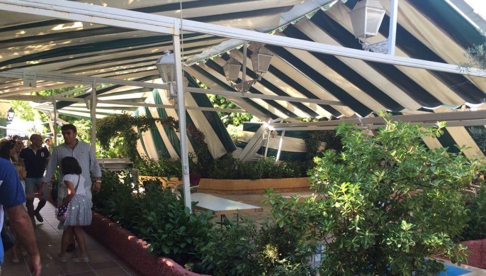 El árbol ha caído cuando algunos clientes comían en la terraza del restaurante