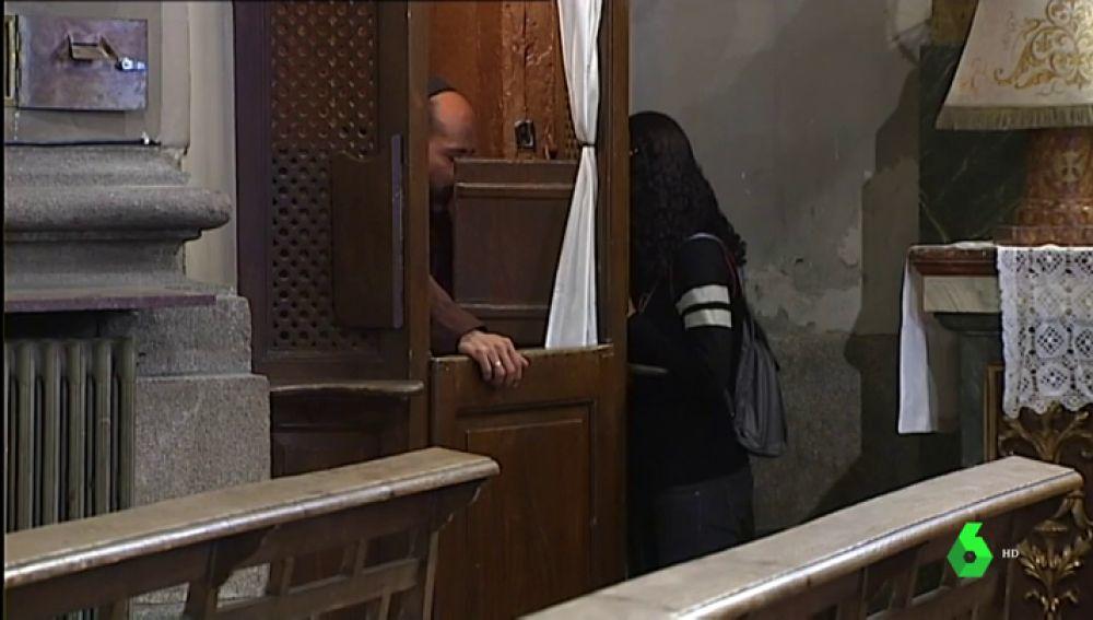 Imagen de una persona confesándose a un sacerdote en la iglesia