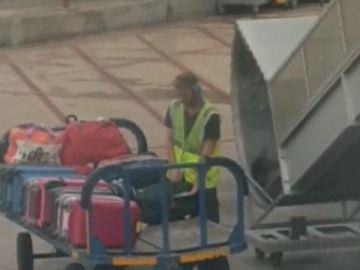 Trabajador del aeropuerto de Ibiza robando