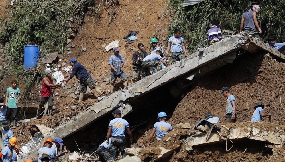 Tareas de rescate a mineros atrapados en Filipinas