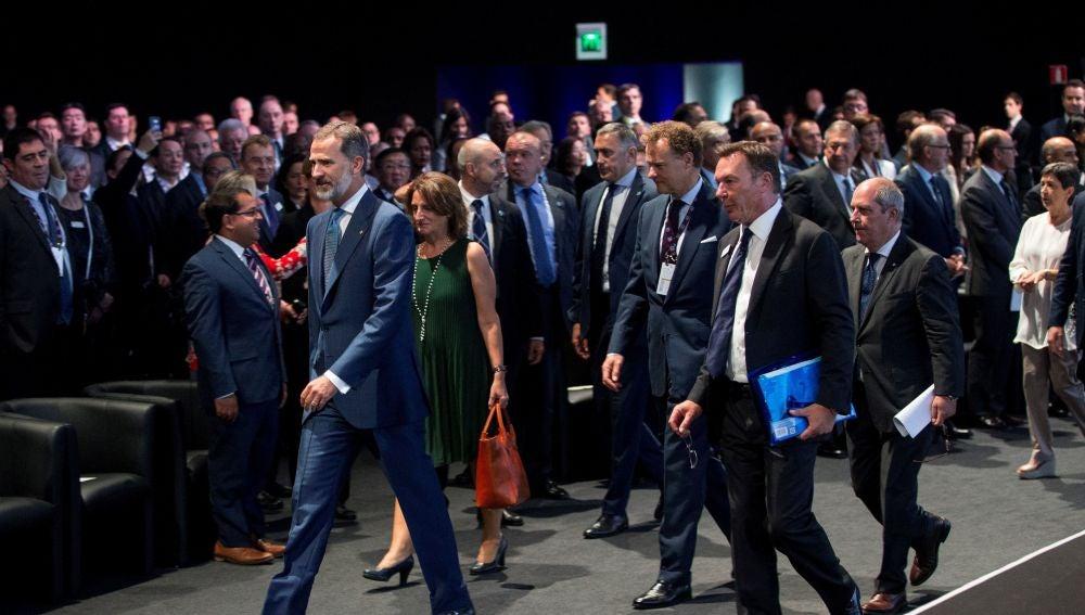 El Rey acompañado de la ministra de Energía, Agua, Medio Ambiente y Cambio Climático, Teresa Ribera, y del presidente del salón, Christopher Houdso