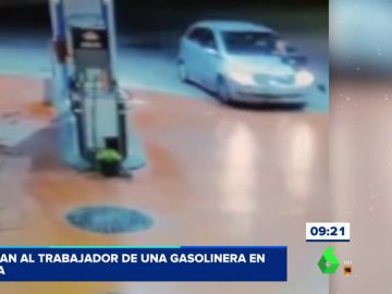Las impactantes imágenes del atropello de un trabajador de una gasolinera que evitaba que una mujer se fuera sin pagar