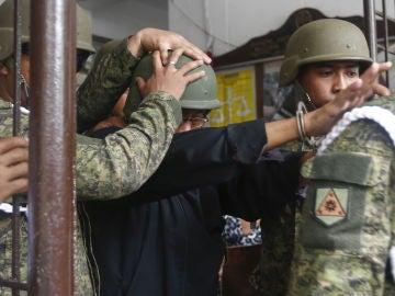 El exgeneral filipino Jovito Palparan es conducido al juzgado de Bulacan, al norte de Manila, para escuchar su sentencia.