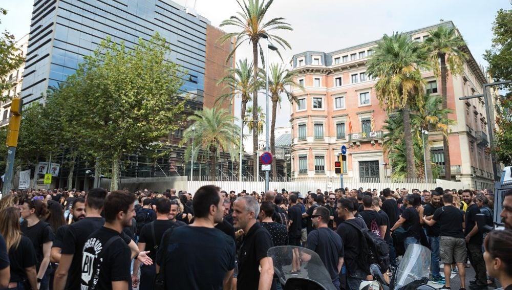 Mossos a las puertas del Departamento de Interior para protestar por la falta de efectivos