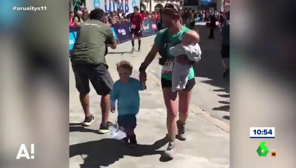 Una madre llega a la meta con sus hijos durante una carrera