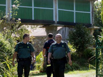 Efectivos de la Guardia Civil en la puerta de la casa de la víctima