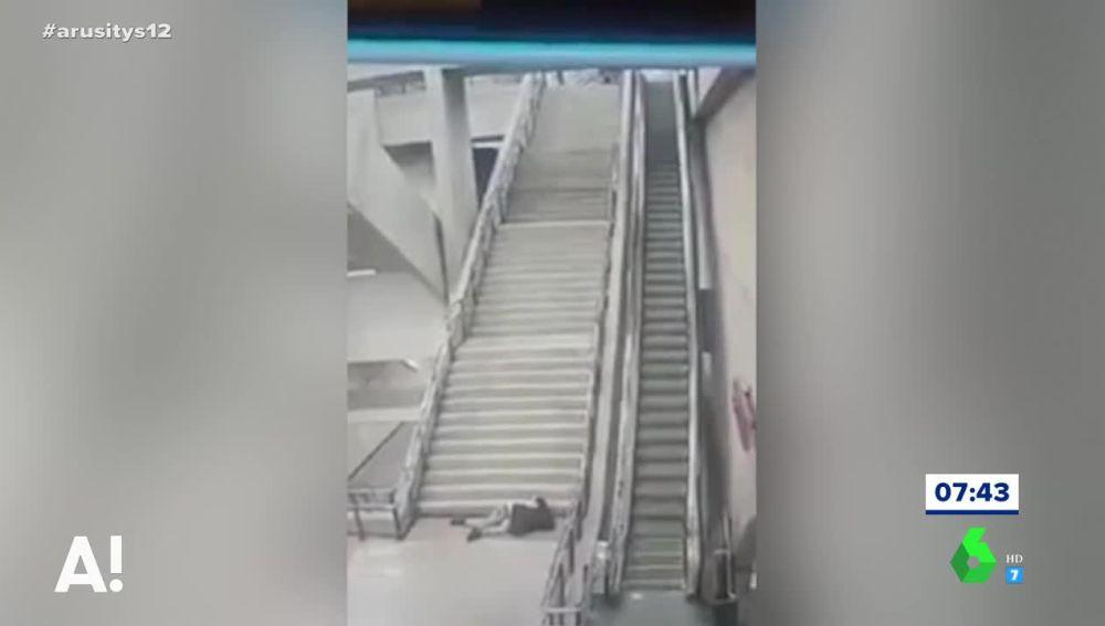La impactante caída de un joven por las escaleras del metro de Brasil