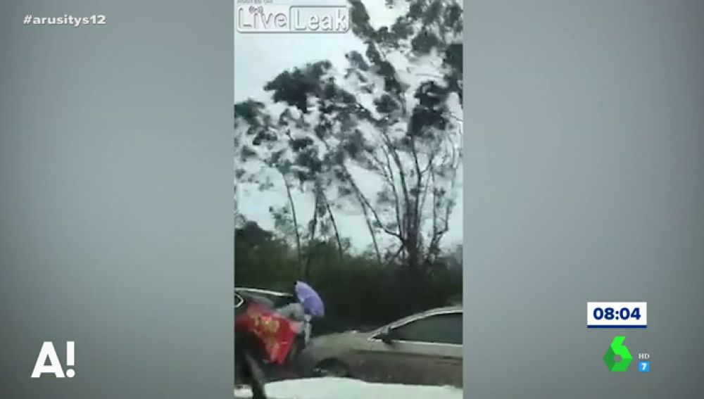Dos mujeres luchan contra el viento para cruzar una calle en Filipinas