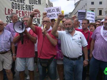 Los pensionistas cortan el tráfico unos minutos en la Carrera de San Jerónimo