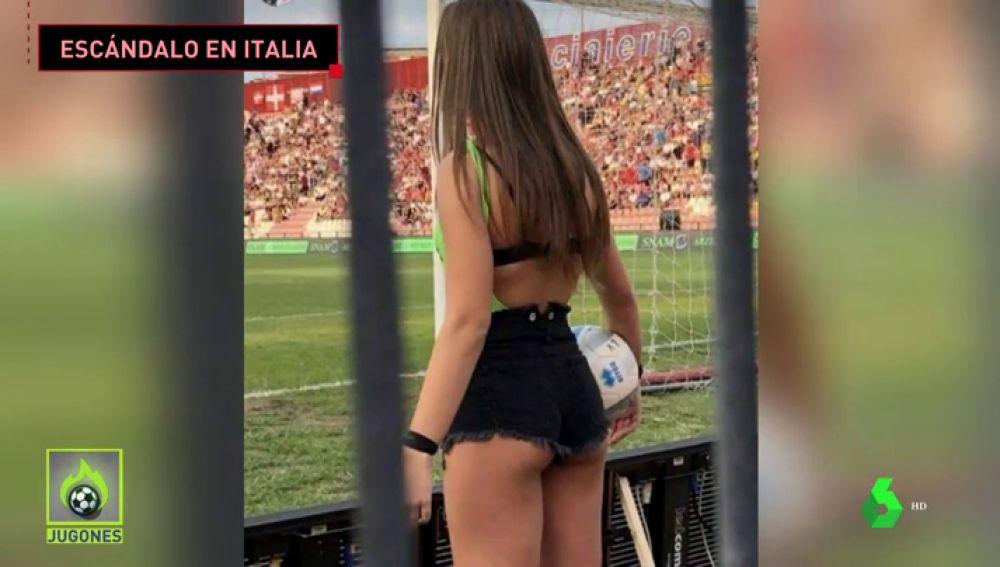 Un equipo de fútbol italiano cambia a sus recogepelotas habituales por unas niñas de 16 años en shorts