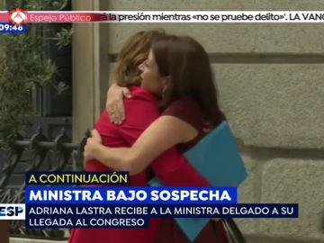 Dolores Delgado y Adriana Lastra se abrazan