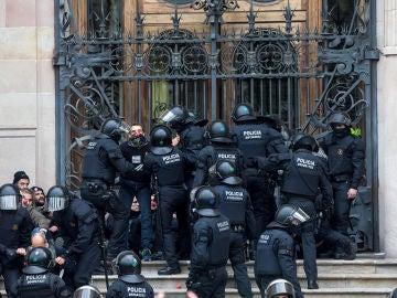Agentes de los Mossos d'Esquadra desalojan a decenas de personas concentradas ante el TSJC (Archivo)