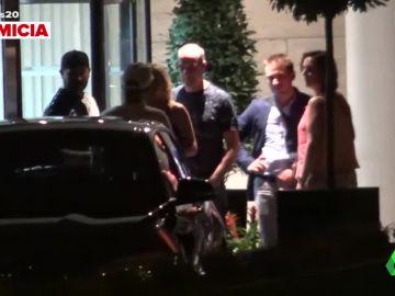 Las imágenes de Kiko Rivera con dos mujeres a las puertas de un hotel
