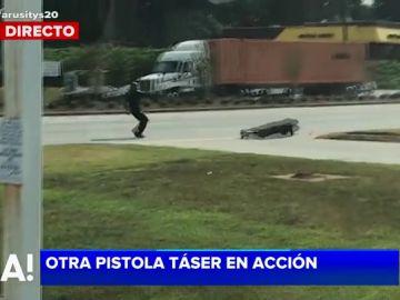 Un policía dispara a un delincuente con una pistola taser
