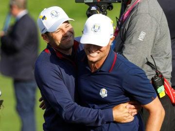 Sergio García y Alex Noren se abrazan tras su foursome