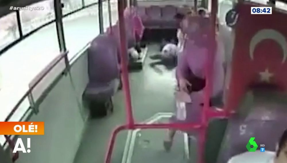 Un conductor le salva la vida a un hombre en un autobús después de que este le abroncara