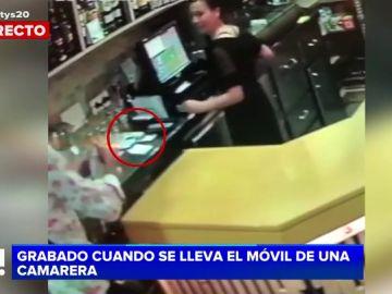 Le graban cuando le roba el móvil a la camarera