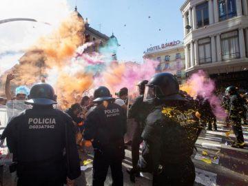 Imagen del lanzamiento de polvo de colores durante la concentración
