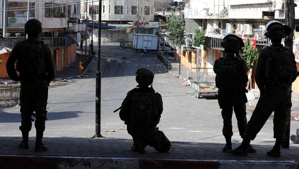Imagen de miembros de la policía fronteriza israelí montando guardia en la ciudad cisjordana de Hebrón