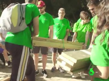 Voluntarios reconstruyen parques