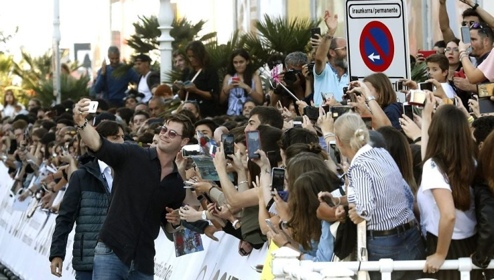 El actor Chris Hemsworth a su llegada al hotel que aloja a los invitados del Festival de San Sebastián