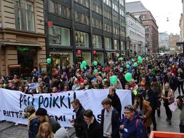 Miles de personas se manifiestan en Finlandia para protestar por la muerte de un joven a manos de un neonazi