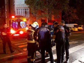 Agentes de la Policía Municipal y Policía Nacional y bomberos en el lugar del incendio