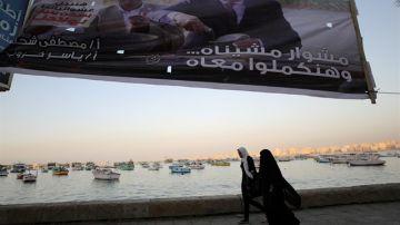 Dos mujeres caminan por las calles de Egipto