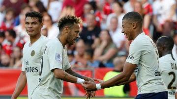 Neymar celebra con Mbappé uno de sus goles contra el Niza