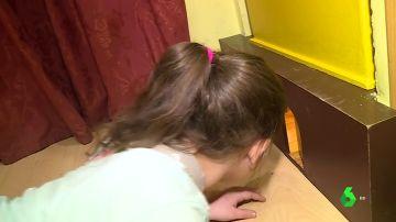 Una niña asomada a la casa del Ratón Pérez