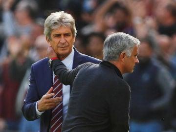 Pellegrini y Mourinho se saludan tras el West Ham-United