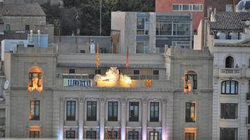 Imagen de la fachada del Ayuntamiento de Lleida con la 'estelada'