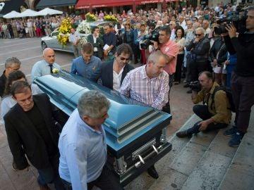 Los familiares de Celia Barquín llevan su féretro al interior de la Iglesia