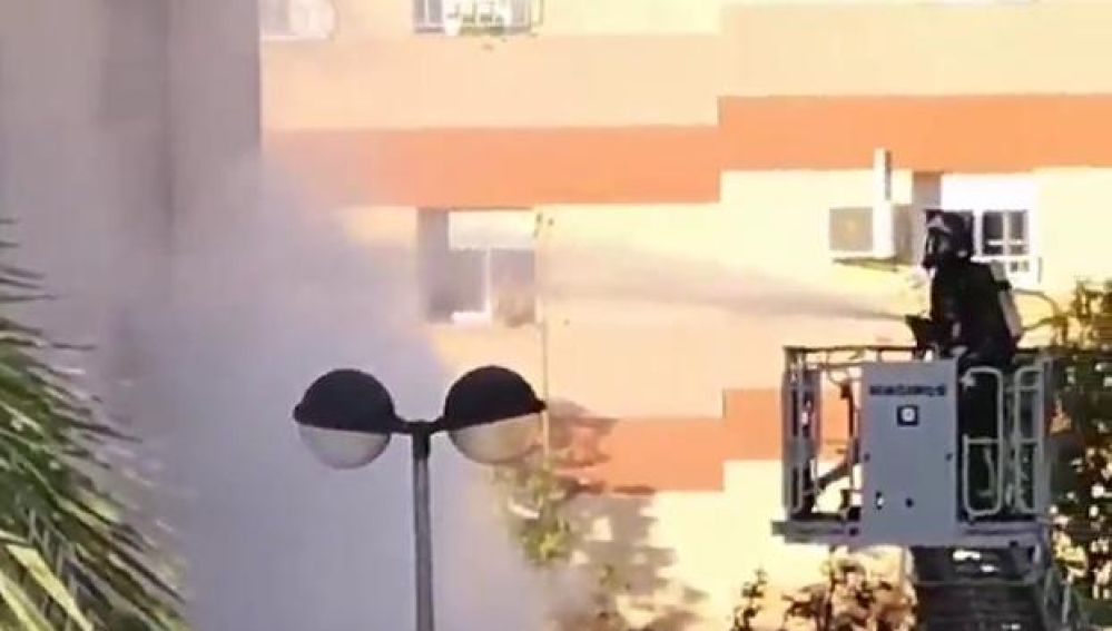 Imagen de los bomberos actuando en el incendio de Cartagena