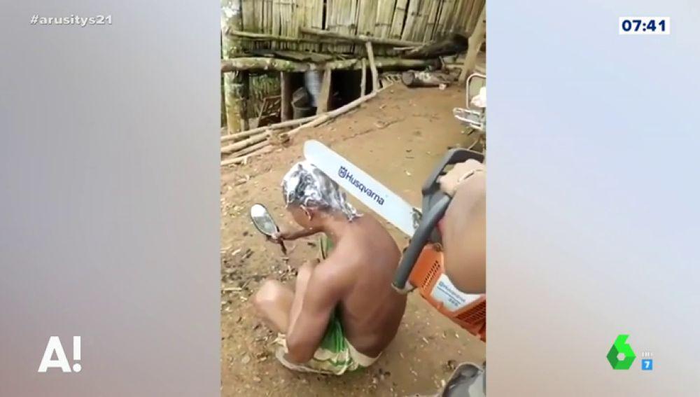 Con una motosierra; así es el peligroso método de un 'peluquero' para cortar el pelo que ha revolucionado Internet