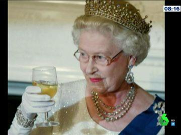 La reina Isabel II utiliza una mano postiza para saludar:
