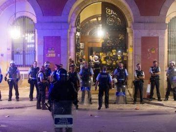Los Mossos protegen el Parlament de los manifestantes agolpados a sus puertas