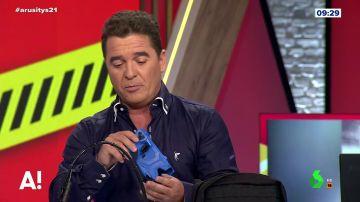 Carlos Quílez enseña en Arusitys cómo es una pistola táser
