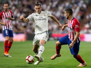 Gareth Bale conduce el balón ante el Atlético de Madrid