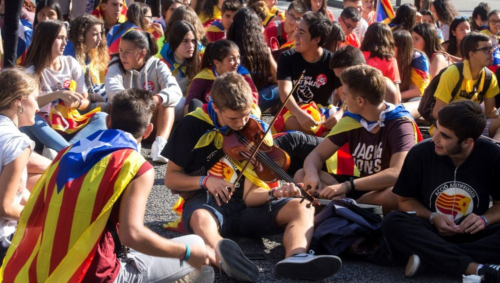 Varios jóvenes cortan la Gran Vía de Barcelona antes de iniciarse la manifestación estudiantil