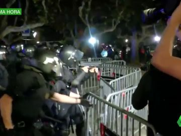 Aniversario 1-O: Los mossos cargan contra los manifestantes para despejar el Parlament