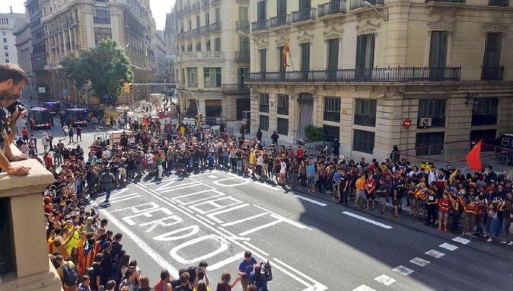Pintada en la calzada ante la Jefatura Superior de Policía de Barcelona