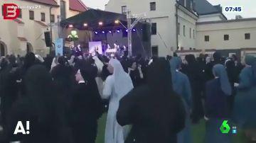 El divertido montaje de una monjas bailando música maquinera en un festival