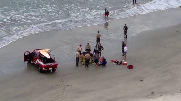 Imagen del momento en el que efectivos sanitarios atienden a un menor atacado por un tiburón en California